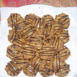 حلوى الكاكاو مزينة باللوز والكراميل